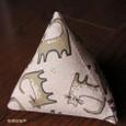 三角おもちゃ・ベージュ地猫